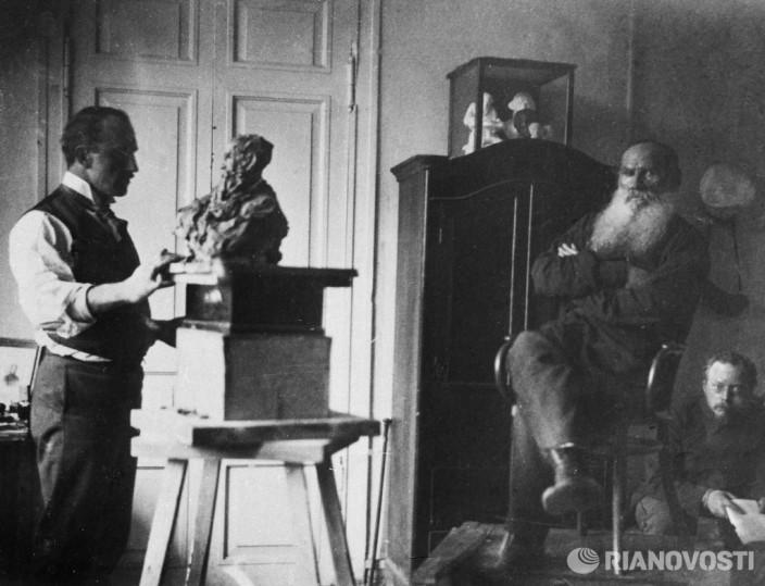 Скульптор Трубецкой лепит бюст Толстого.