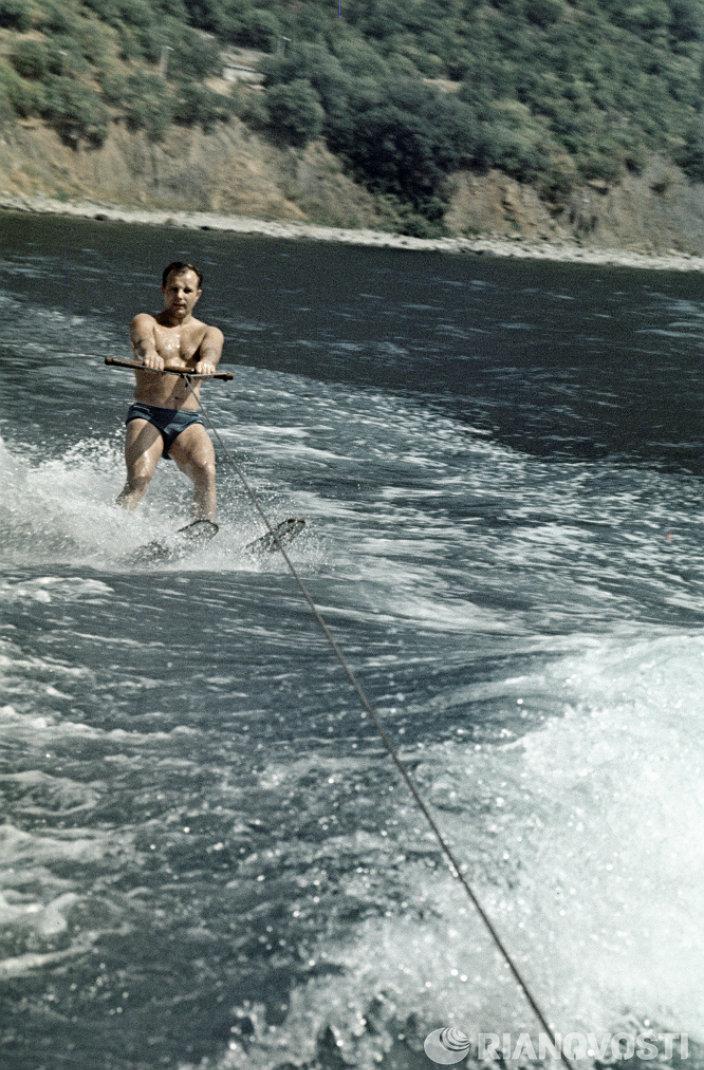 Юрий Гагарин катается на водных лыжах, июль 1965 года