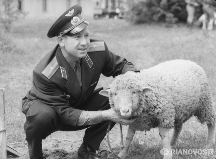 Космонавт Леонов оценивает барана, присланного в подарок