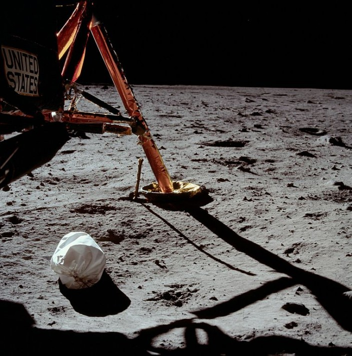 Первая фотография, сделанная Нилом Армстронгом на Луне
