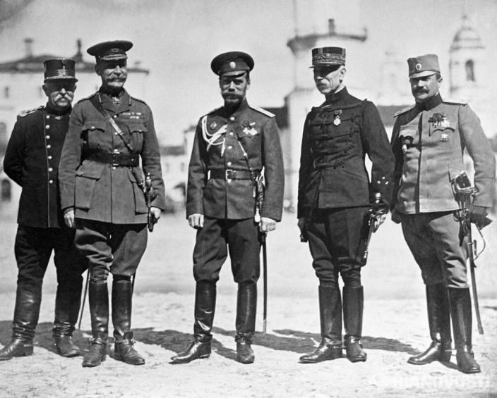 Российский император Николай II среди военных представителей союзных держав